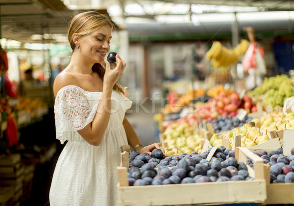 Mulher jovem compra mercado bastante fresco Foto stock © boggy