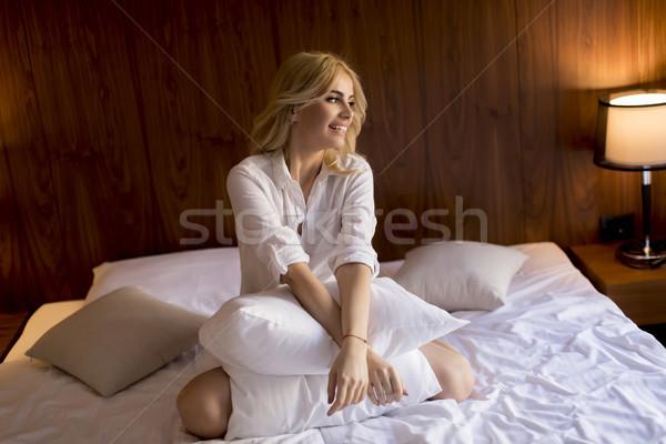 Stok fotoğraf: Mutlu · sarışın · kadın · yastık · ev · yatak · odası