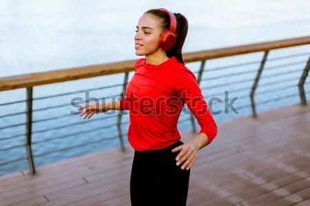 Actief jonge mooie vrouw lopen promenade Stockfoto © boggy
