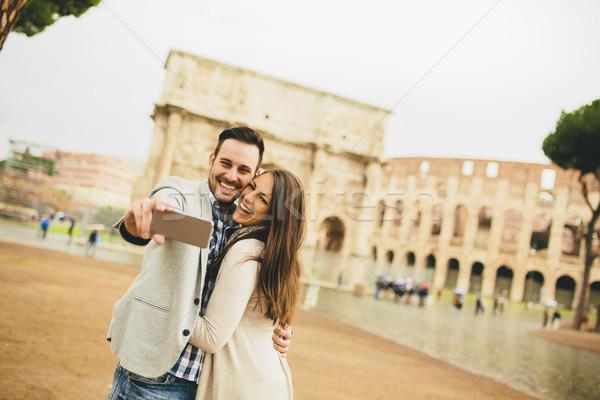 Fiatal pér elvesz Colosseum Róma Olaszország nő Stock fotó © boggy