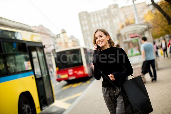 Genç kadın bekleme taksi otobüs sokak şehir Stok fotoğraf © boggy