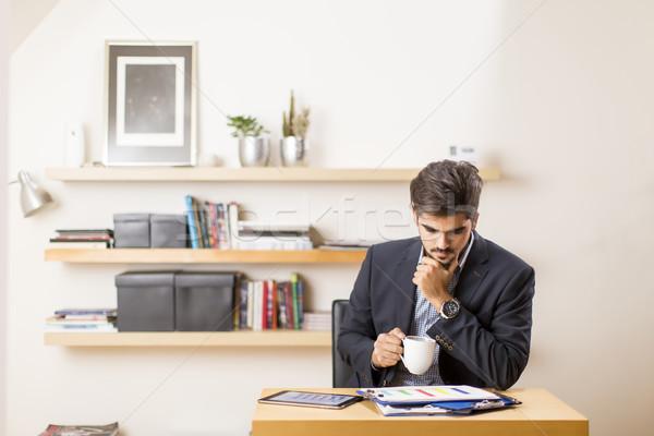 Jonge zakenman freelancer verslag bureau business Stockfoto © boggy