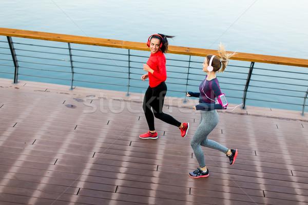 Kettő fiatal nők fut promenád folyó reggel Stock fotó © boggy