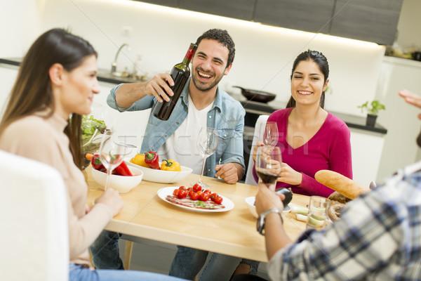 Jovens refeição sala de jantar moderno casa ver Foto stock © boggy