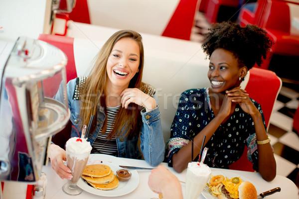 Foto stock: Femenino · amigos · comer · de · comida · rápida · mesa · comedor