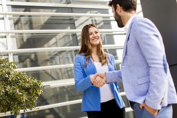 Pessoas de negócios apertar a mão prédio comercial jovem negócio edifício Foto stock © boggy