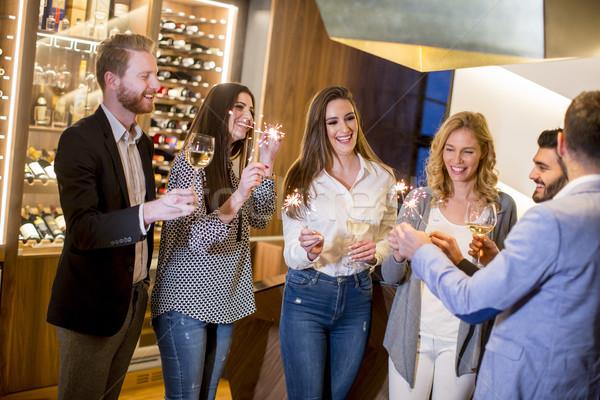 Jóvenes vino blanco vista alegre grupo Foto stock © boggy