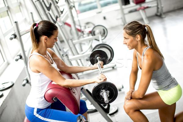 Gericht jonge mooie vrouw gewichten gymnasium Stockfoto © boggy