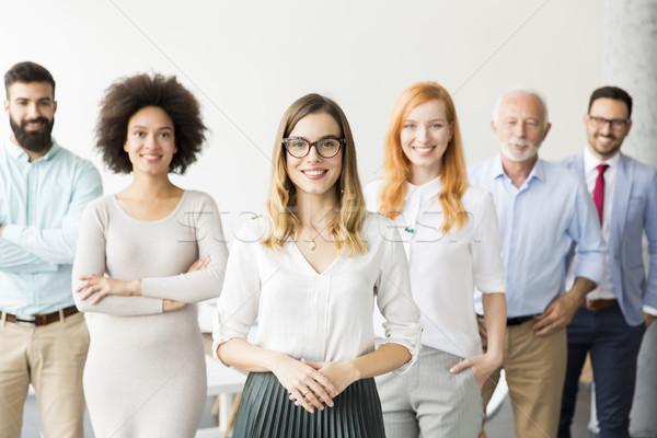Młodych ludzi biznesu starszy kolega stałego biuro Zdjęcia stock © boggy