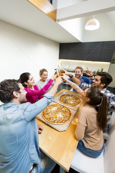 Сток-фото: друзей · еды · пиццы · группа · счастливым · молодые · люди