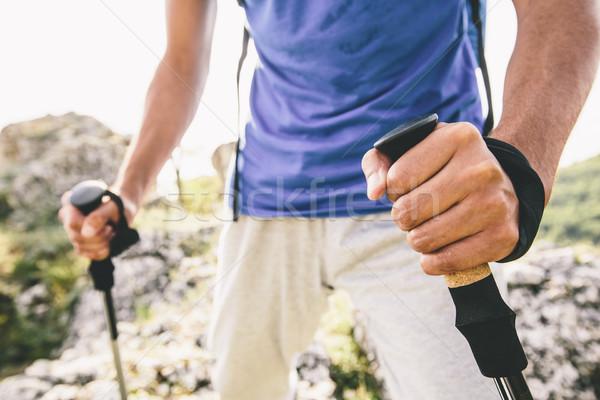 Turysta szczęśliwy górskich podróży wolności chodzić Zdjęcia stock © boggy