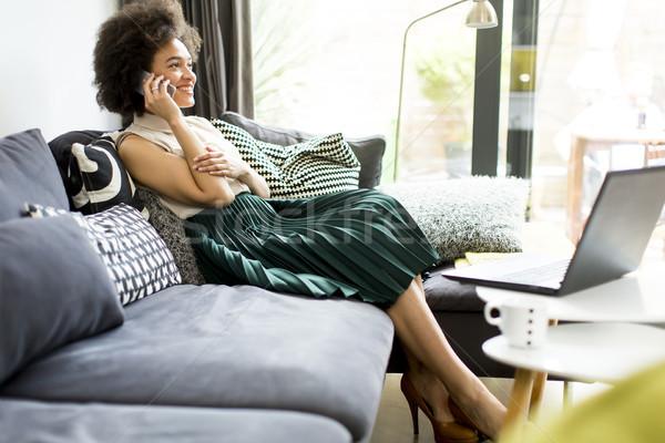 вьющиеся волосы ноутбука мобильных компьютер девушки Сток-фото © boggy