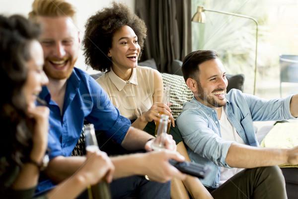 Grupo amigos viendo tv potable sidra Foto stock © boggy