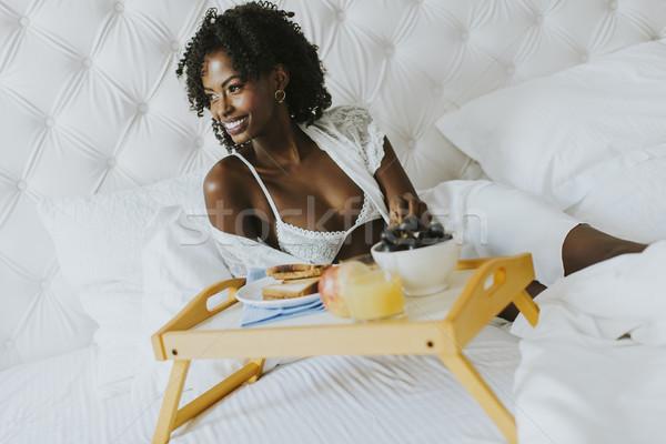 Zdjęcia stock: Uśmiechnięty · kobieta · relaks · śniadanie · bed