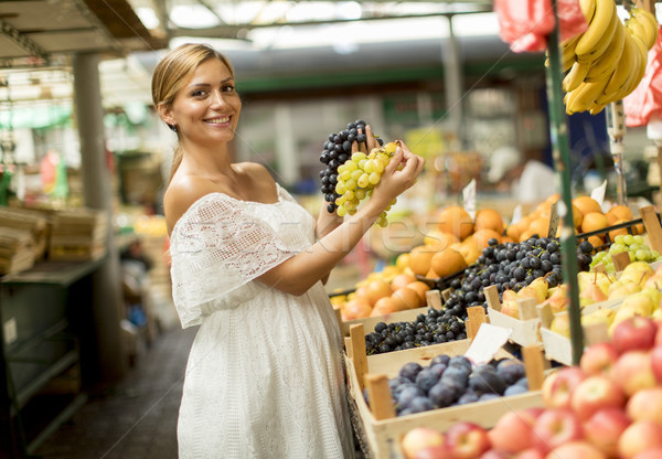 Compra frutas mercado bastante frescos Foto stock © boggy