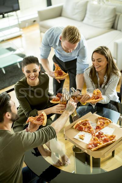 Gençler yeme pizza içme elma şarabı modern Stok fotoğraf © boggy