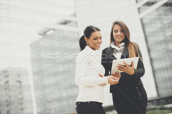 Jonge business vrouwen kantoorgebouw glimlach gebouw Stockfoto © boggy