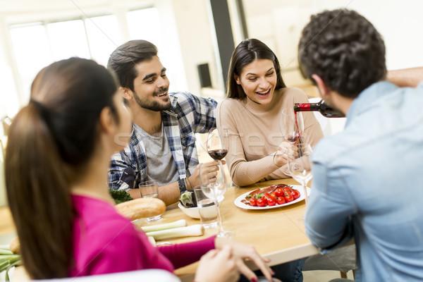 Młodych ludzi posiłek jadalnia nowoczesne domu widoku Zdjęcia stock © boggy