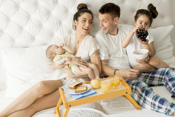 Сток-фото: молодые · кровать · матери · отец · ребенка · девочку