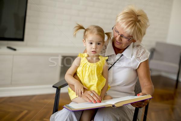 Foto stock: Avó · little · girl · leitura · livro · feliz · juntos