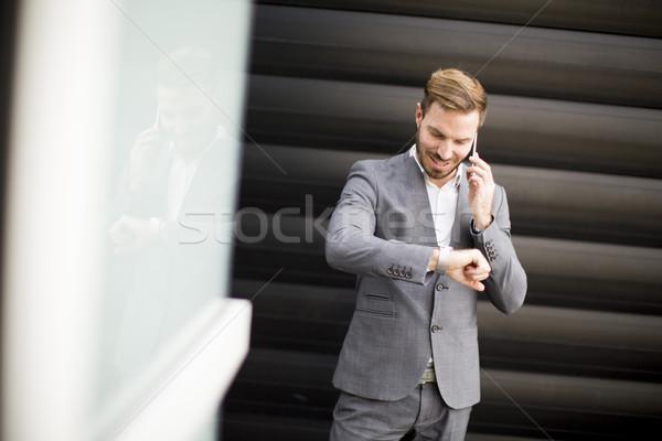 Sikeres üzletemberek vállalkozó mobiltelefon néz kilátás Stock fotó © boggy