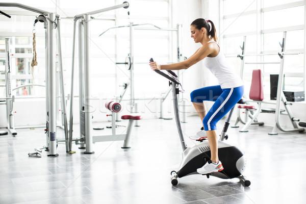 Aerobic mujer ejercicio entrenamiento bicicletas gimnasio Foto stock © boggy