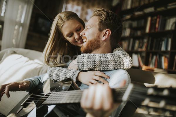 Hombre jugando guitarra acústica jóvenes mujer hermosa mujer Foto stock © boggy