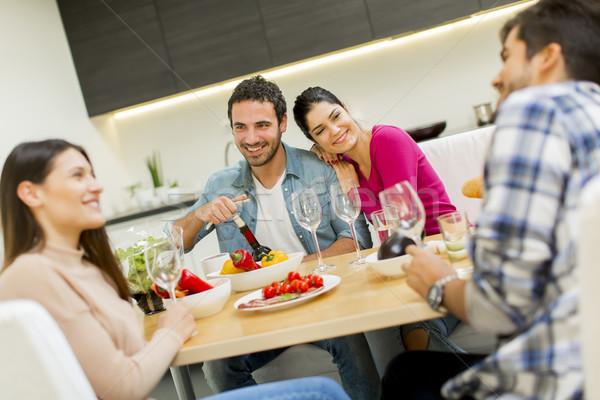 Młodych ludzi posiedzenia tabeli grupy jedzenie pitnej Zdjęcia stock © boggy