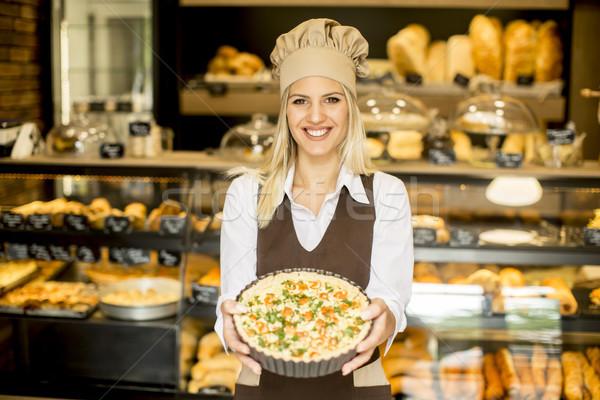 Jonge vrouwelijke bakker permanente bakkerij pizza Stockfoto © boggy