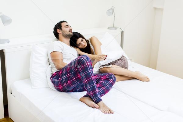 Afectuos îndrăgostiţi pat acasă vedere Imagine de stoc © boggy