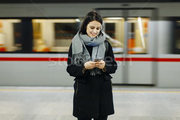 Jonge vrouw wachten trein ondergrondse meisje telefoon Stockfoto © boggy