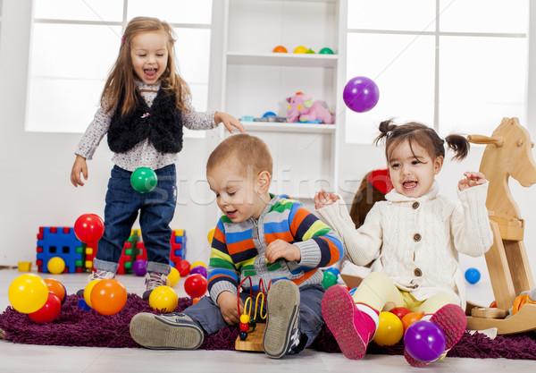 Ninos jugando habitación nina casa grupo diversión Foto stock © boggy