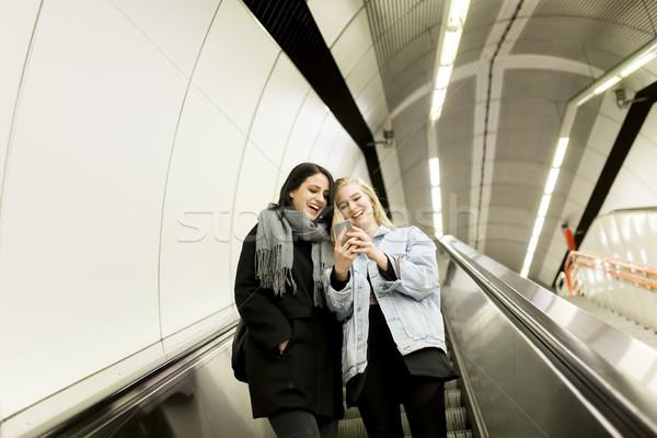 Giovani donne cellulare telefono urbana mobile metropolitana Foto d'archivio © boggy