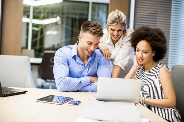 Fiatal üzletemberek dolgozik modern iroda kilátás Stock fotó © boggy