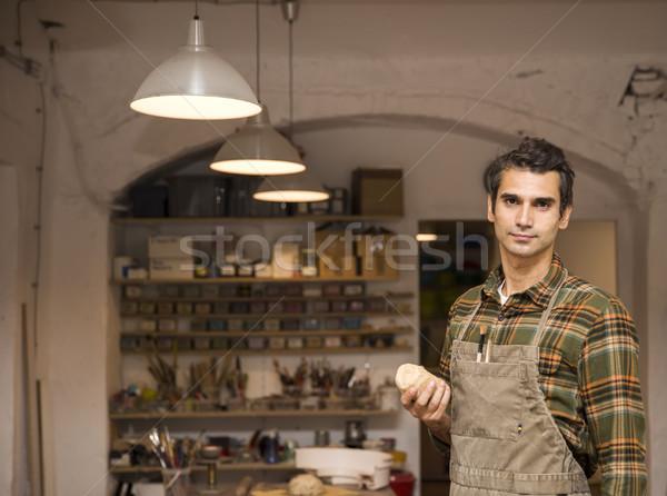 Yakışıklı genç poz çanak çömlek atölye portre Stok fotoğraf © boggy
