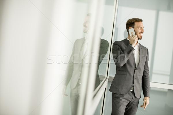 Młodych udany mężczyzn przedsiębiorca telefonu komórkowego zewnątrz Zdjęcia stock © boggy