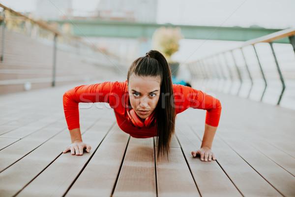 Fiatal nő promenád fut reggel város fejhallgató Stock fotó © boggy