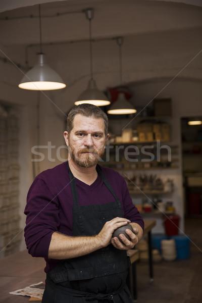 Knap jonge man poseren aardewerk workshop portret Stockfoto © boggy