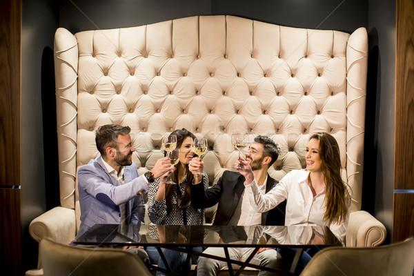 Młodych ludzi białe wino widoku wesoły grupy Zdjęcia stock © boggy
