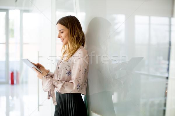 年輕 女實業家 片劑 辦公室 現代 計算機 商業照片 © boggy
