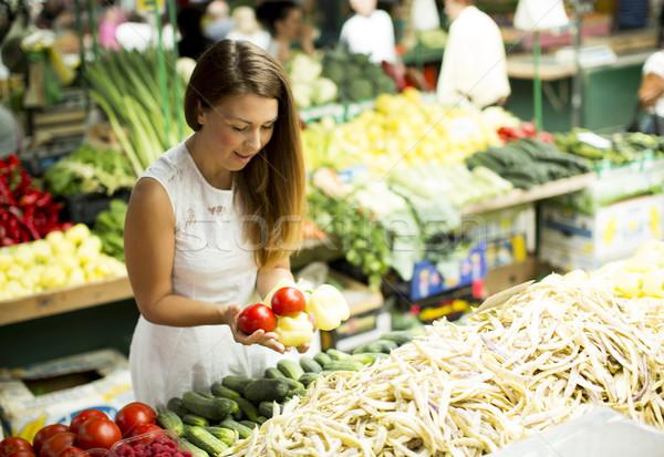 Fiatal nő szőlőszüret friss zöldség piac fiatal paradicsom Stock fotó © boggy