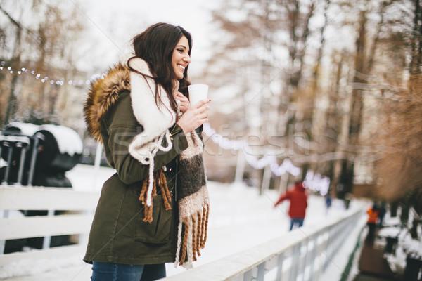 Foto stock: Feliz · mujer · taza · bebida · caliente · frío · invierno