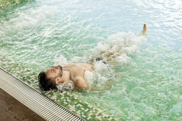 Knap jonge man ontspannen hot tub spa water Stockfoto © boggy