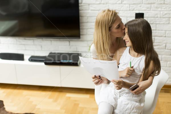 Stok fotoğraf: Aile · hayatı · anne · kız · bakıyor · çizim · ev