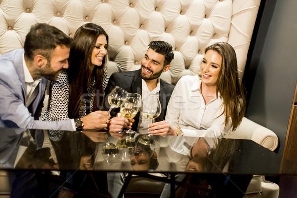 Groep jonge vrienden witte wijn wijn Stockfoto © boggy