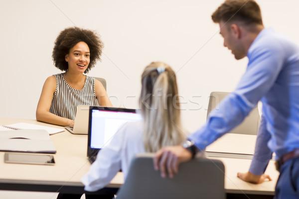 小さな ビジネスの方々  ラップトップを使用して 笑みを浮かべて 作業 オフィス ストックフォト © boggy