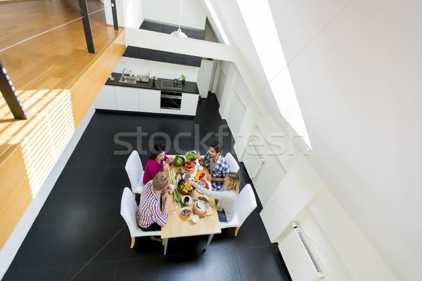 Zdjęcia stock: Młodych · ludzi · obiedzie · nowoczesne · kuchnia · grupy · szczęśliwy