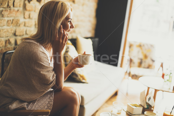 Młodych blond kobieta Kafejka dość posiedzenia Zdjęcia stock © boggy