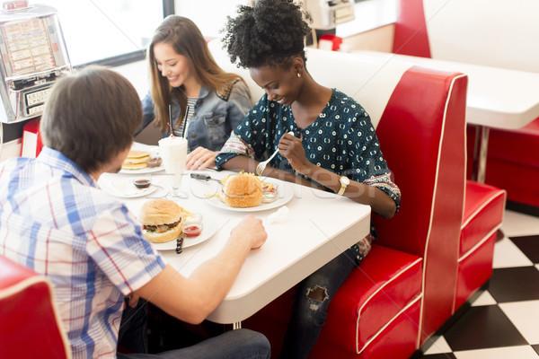 Arkadaşlar yeme lokanta fast-food tablo et Stok fotoğraf © boggy