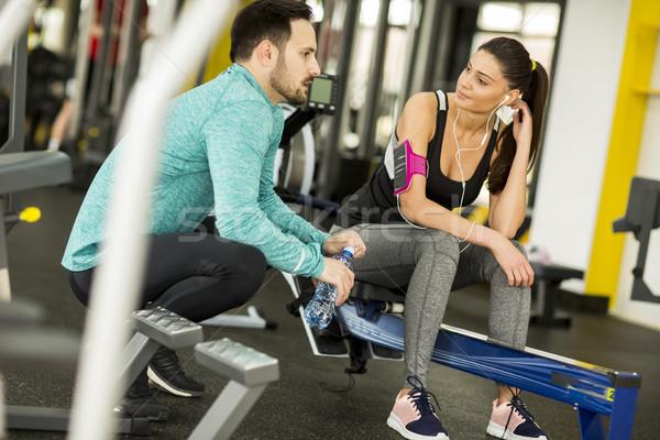 Femme exercice gymnase aider jeune femme Photo stock © boggy
